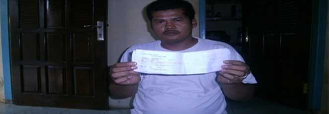 http://sukabumizone.com/wp-content/uploads/2012/11/salah-seorang-tokmas-tunjukan-bukti-transaksi.jpg
