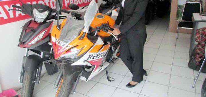 MENUNJUKKAN: Salah seorang pegawai DAM 2 Pabuaran menunjukkan Honda CBR 150R yang kian laris di pasaran.