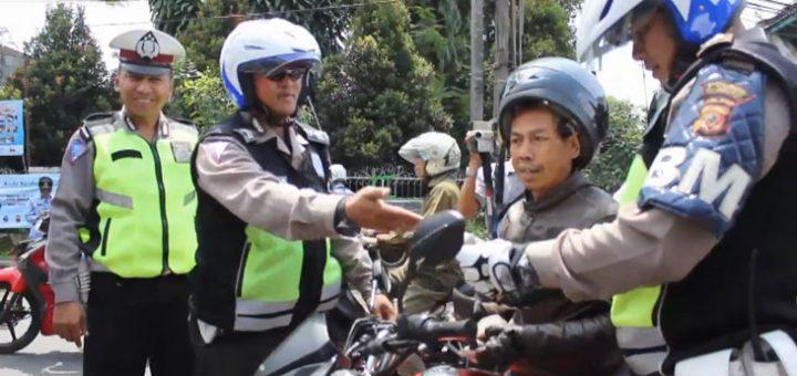 TILANG: Petugas satuan lalu lintas Kota Sukabumi melakukan operasi kepada kendaraan bermotor, kemarin (17/10). FOTO: IKBAL/RADARSUKABUMI