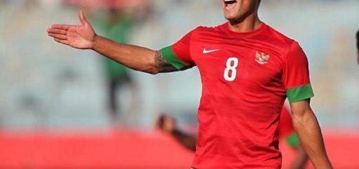 Gelandang Timnas Senior Raphael Maitimo saat bertanding melawan Kamboja di stadion Delta Sidoarjo, 25/09/14. Skor Akhir 1-0 untuk Indonesia. Farid Fandi/Jawa Pos