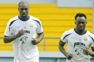 Dua bintang Persib Bandung, Michael Essien dan Carlton Cole saat melakukan latihan, mereka terancam di deportasi.